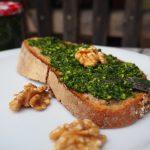 Bärlauchpesto mit Walnüssen auf Brot