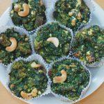 Teller mit Spinat-Feta-Muffins mit Cashewnüssen
